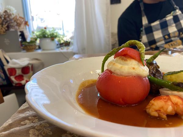 帆立と鱈のムースを詰めたトマトファルシ 甘海老と柑橘のソース