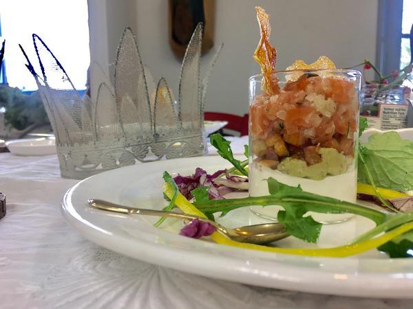 サーモンのタルタルとレモンムースのスコップサラダ。