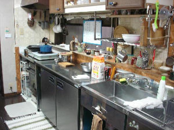 ふつうの台所に業務用のコールドテーブルとシンク