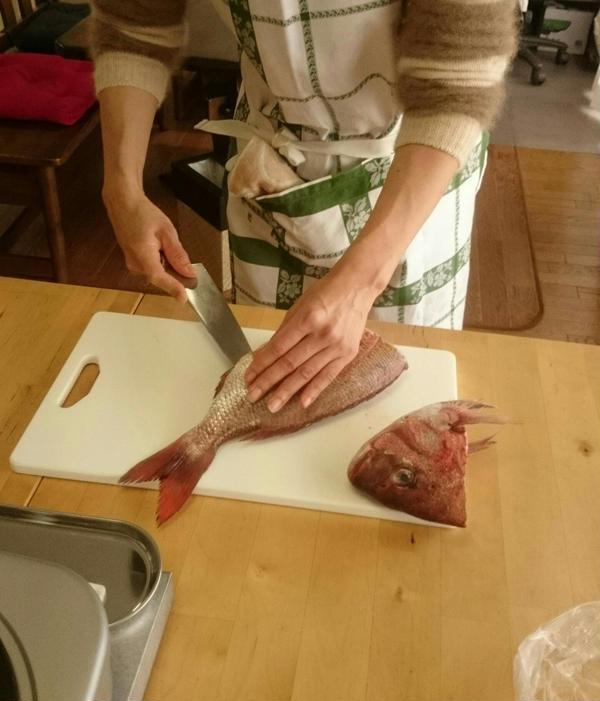 魚をさばく家庭料理・生徒様さばき中です