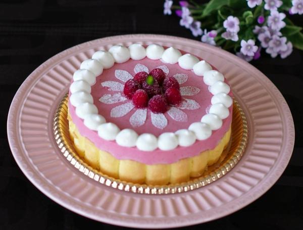 可愛いケーキと評判。『フランボワーズのシャルロットケーキ』。