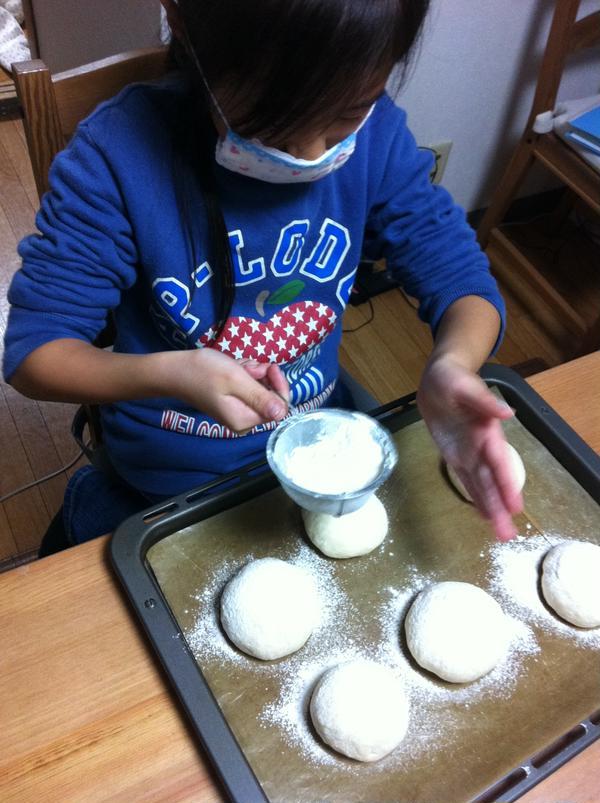 親子パンレッスン ハイジの白パンお粉を上手にふってます
