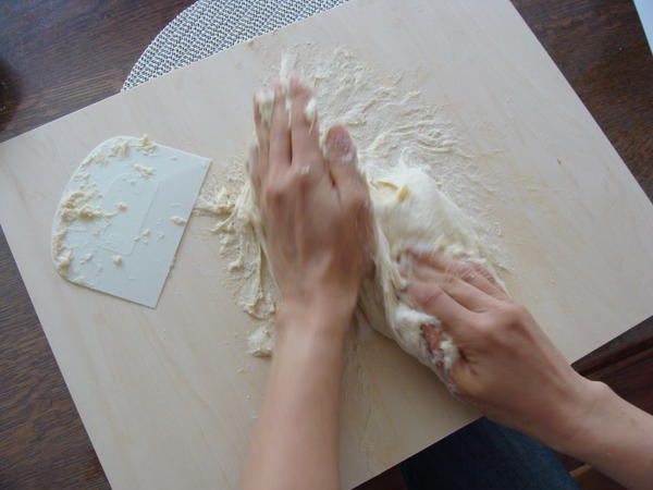 初回レッスンでは、生地を粉から手で捏ねます。