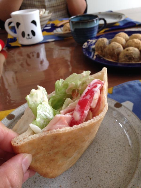 ぴた。ピタパンです。サラダを挟んで試食。