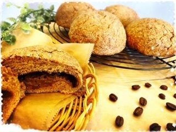 コーヒークリームを入れカカオニブ入りのクッキーを乗せます。