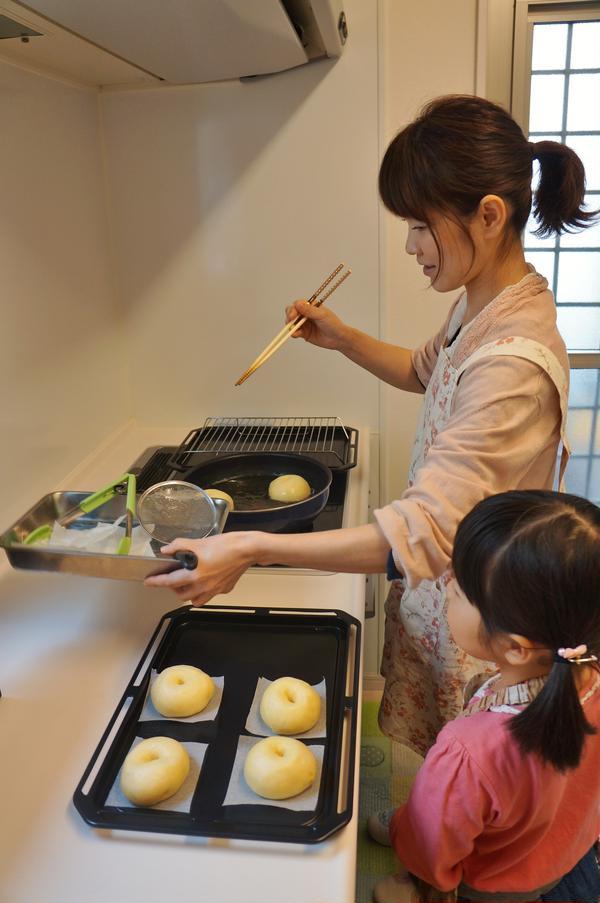 ドーナツ作り。揚げる部分はお母さんが担当です。