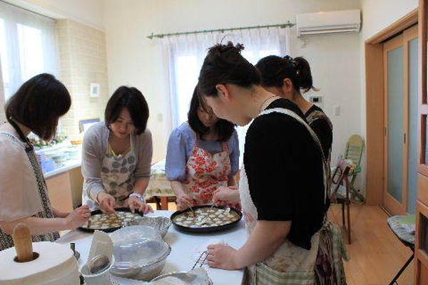 アイランドキッチンに移っての実習は、みんなで和気藹々と♪