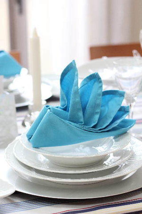 ブルーのナプキンを「ヨット形」に折りました。