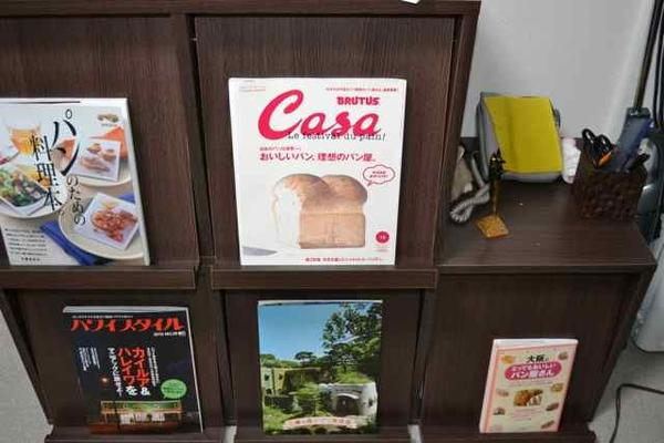 雑誌コーナーにはパンや旅行雑誌など。発酵中にお読みください☆