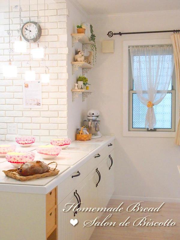 白いIKEAのキッチンカウンターでパン作り
