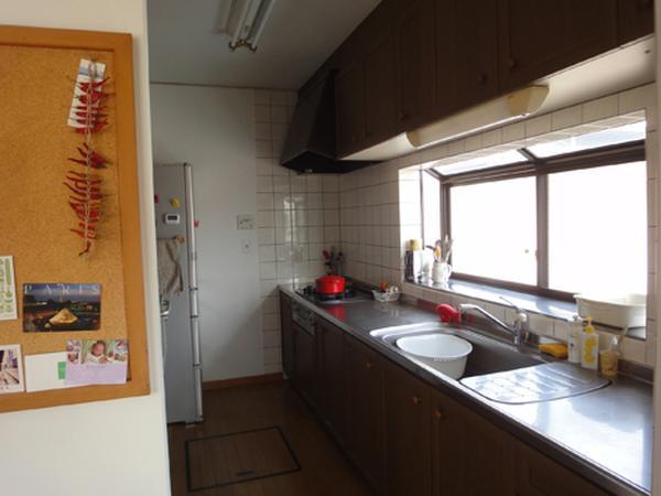 小さいけれど明るい、料理が楽しいキッチンですよ。