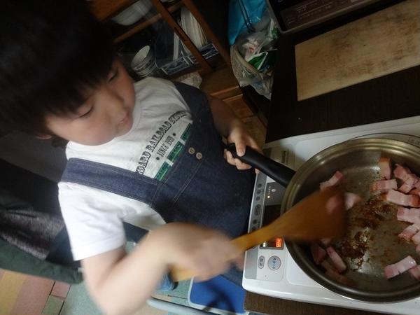 具だくさんのコンソメスープに入れるベーコンを炒めて、いい香り