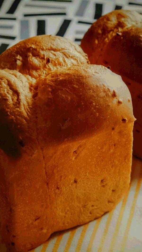 もち麦と焙煎米ぬかを使った食パンです