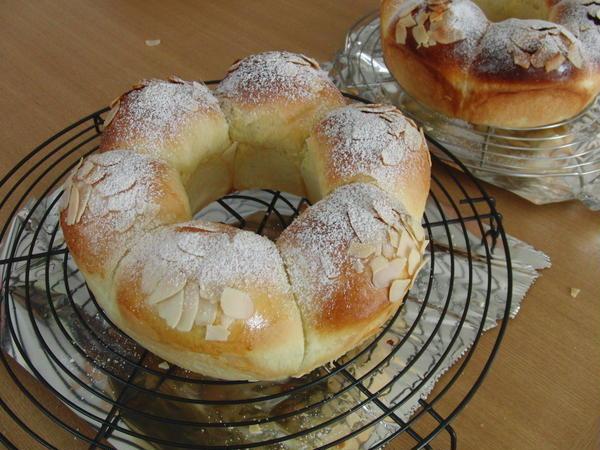 生徒さんが作ったアーモンドクラウンと言う初級のパンです。