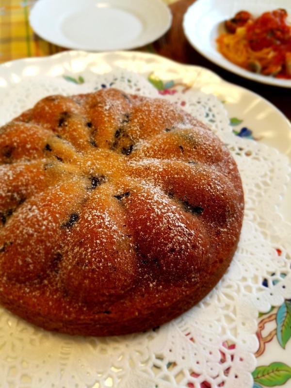 形も可愛い、ヨーグルトとプルーンを混ぜ込んだ爽やかなケーキ。