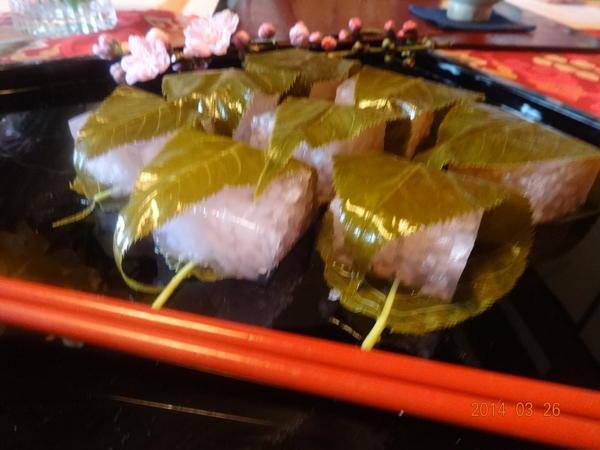 桜餅はよく作るので道明寺粉で花吹雪を作りました。