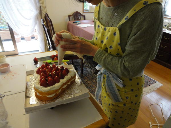 ご両親の喜寿のお祝いにハートの形のいちごケーキを
