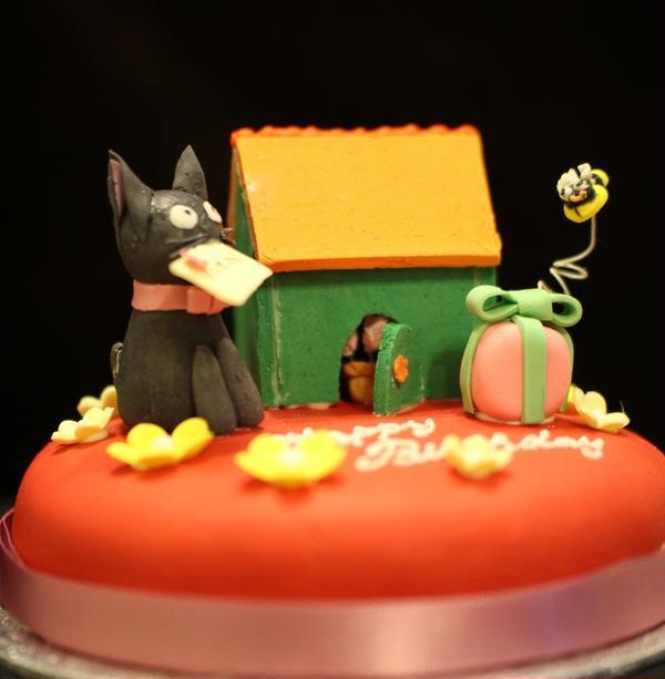 猫が好きなご友人へのバースデーケーキ。中にはフルーツケーキ。