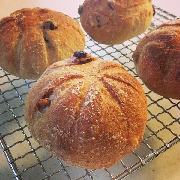 全粒粉入りの生地のずっしりパン