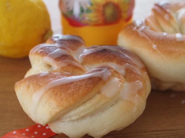 レモンピールとはちみつの甘酸っぱさが魅力のパン