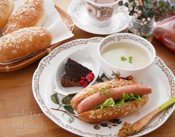 毎回季節の野菜のスープと焼き立て酵母パンで ミニランチ!!
