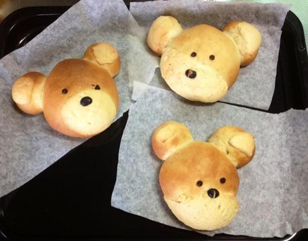親子パン教室で思い思いのクマさん