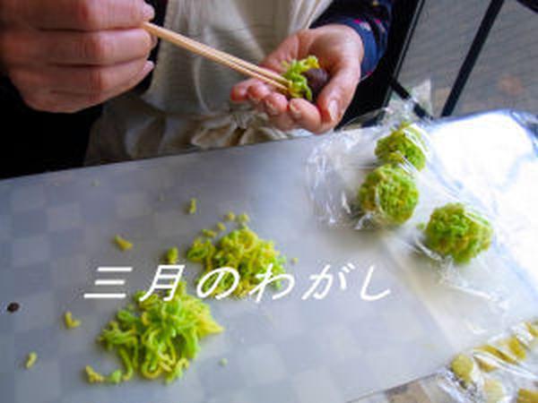 春を知らせる「菜の花」を制作中。