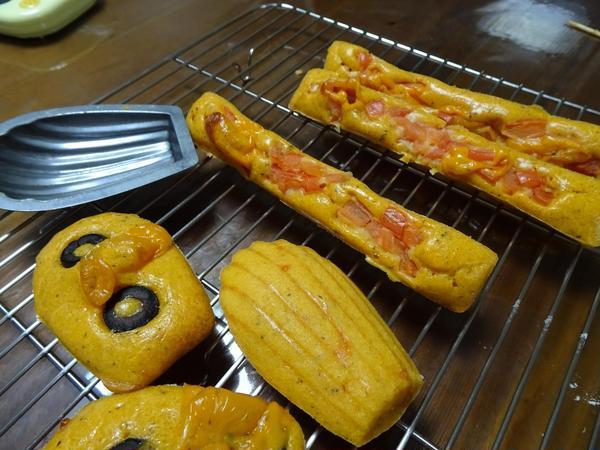 トマトとオリーブのケークサレ(ハムオニオンも作ります)