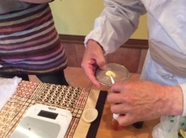 家でもある道具、茶漉しを使ってしべを付けるところ