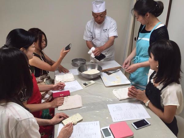 和三盆のお干菓子の説明をしています。