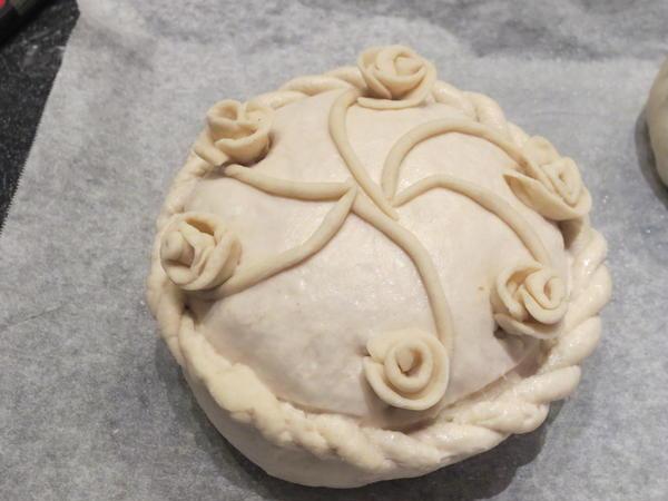 飾りパンの中身はボローニャソーセージとピスタチオです。