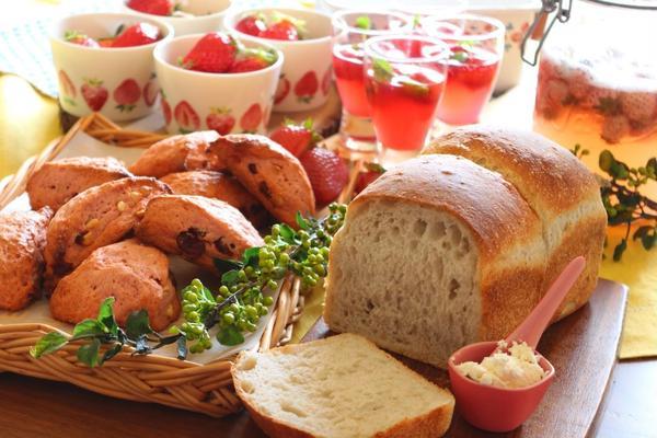 自家製酵母で作るパンとお菓子作りが同時に学べます。