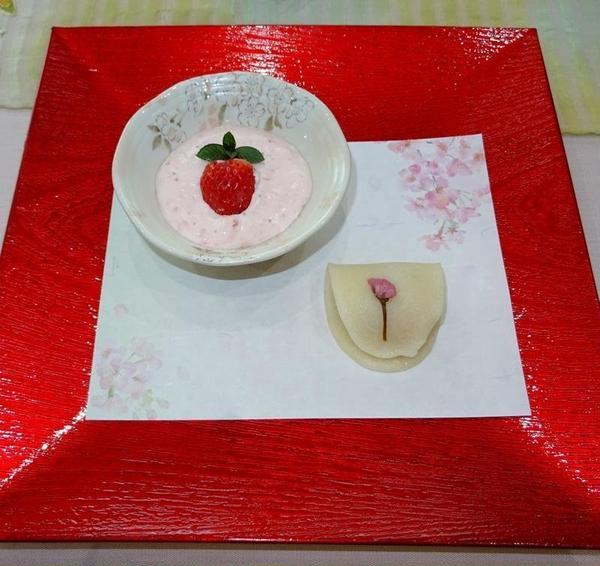 イチゴのムース 桜もち(関東風)
