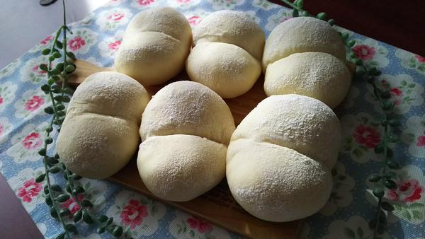 白パン。別名お尻パンとも。フワフワ優しい甘パンです。