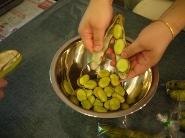 空豆ご飯の柏葉包の準備。