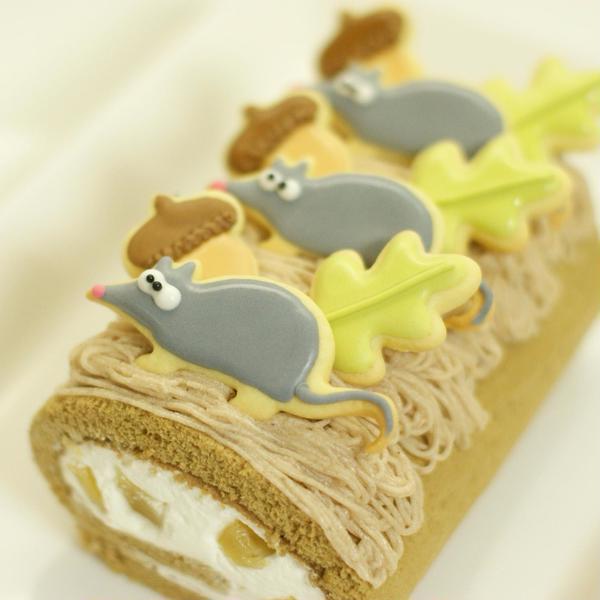 可愛い秋のマロンロールケーキ