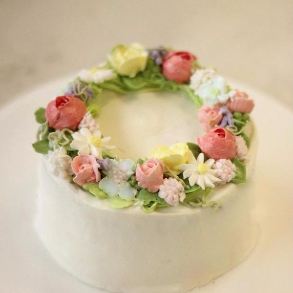 口金を使ってお花を絞ります。