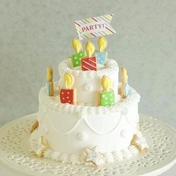 アイシングクッキーを飾ったパーティーケーキ