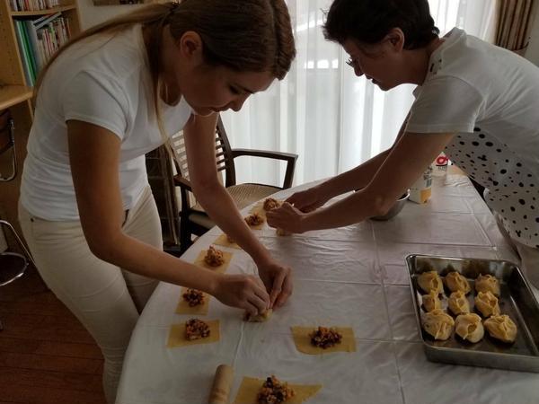 カザフスタンの留学生とマンティを作っているところです。
