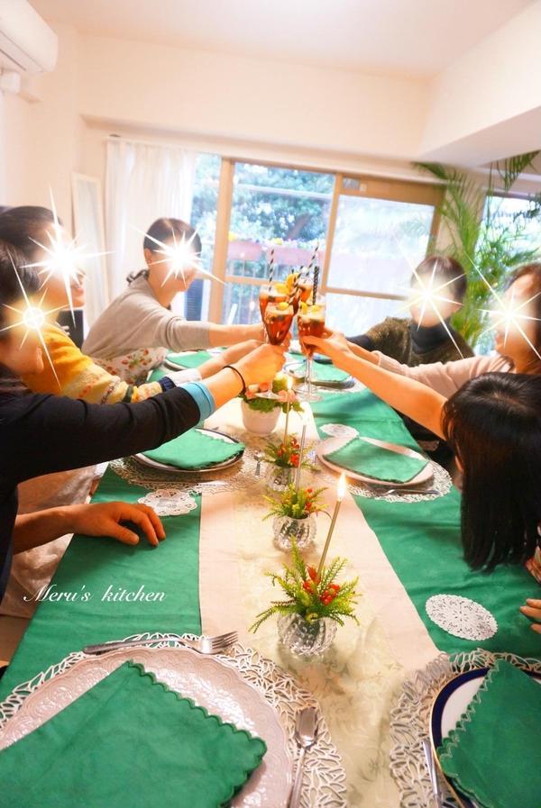 クリスマスパーティー、皆さまで乾杯~!楽しいひと時♡