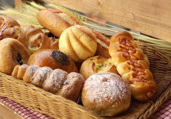 やきたてのパンを試食しましょう。