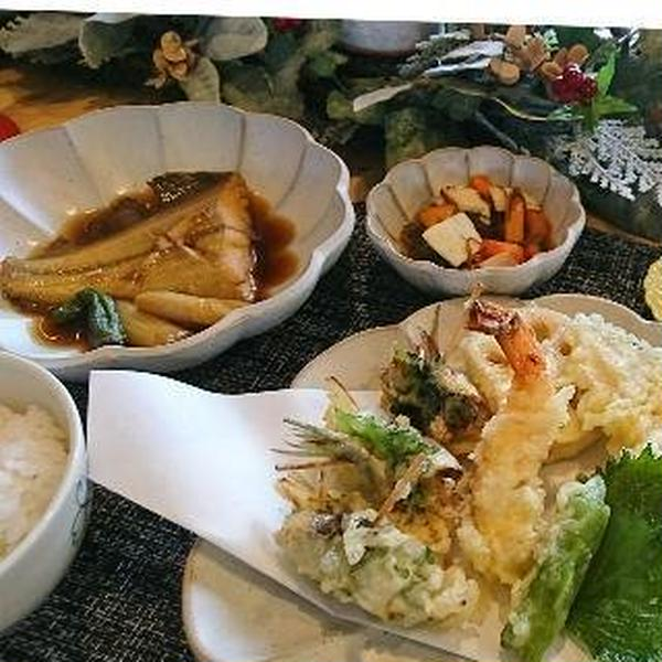 しっかりサクサ揚がった天ぷらと かれいの煮つけ 酢物
