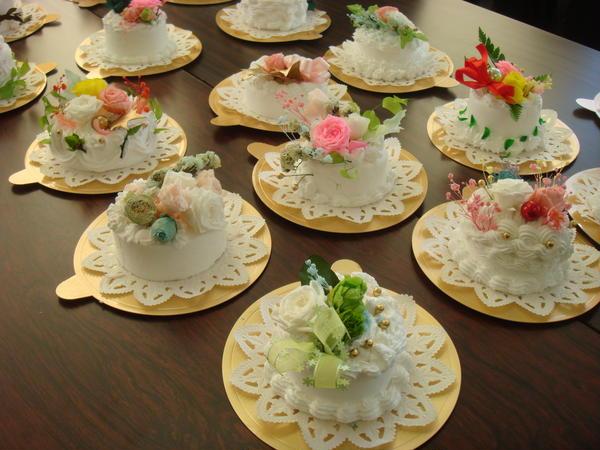 市内の大学でプリ花ケーキ教室。生徒さんたちの作品です。