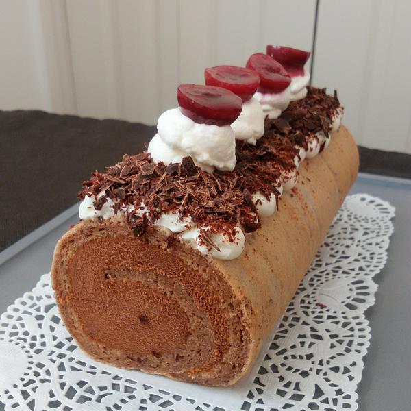 ショコラが効いてる フォレノワールロールケーキ仕立て