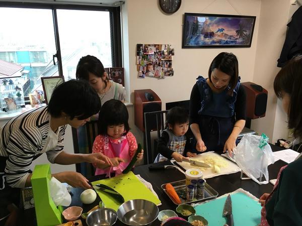 <子連れ教室>調理風景。お子様がお手伝いしてくれることも♪