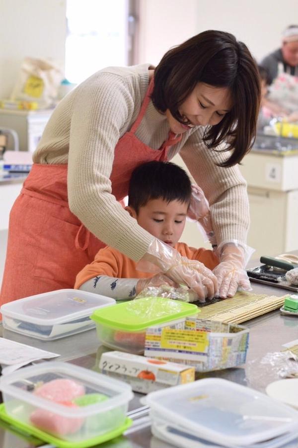 親子で一緒に飾り巻き寿司!
