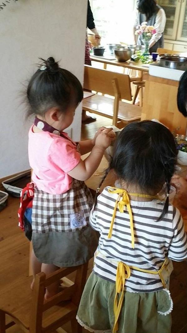 お子様も一緒にお料理のお手伝いをしてもらっています♪