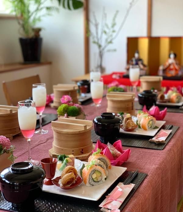 桃色ひな祭りのテーブル