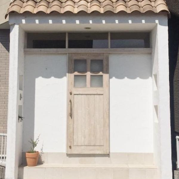 住宅地の小さいレンガ屋根の玄関を目指してお越しください