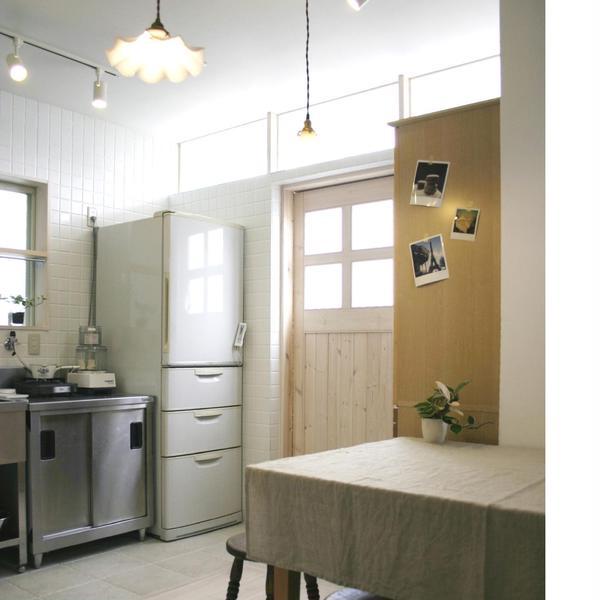 白いタイルの厨房は業務用オーブンも設備